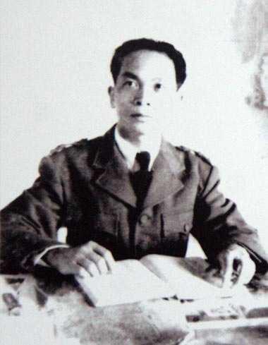 Năm 1948, ở tuổi 37, Võ Nguyên Giáp được phong quân hàm đại tướng và trở thành đại tướng đầu tiên của Quân đội Nhân dân Việt Nam. Trong ảnh, đại tướng Võ Nguyên Giáp làm việc tại chiến khu Việt Bắc năm 1949.