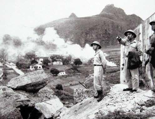 Đại tướng Võ Nguyên Giáp thị sát thị xã Cao Bằng vừa được giải phóng (1950).