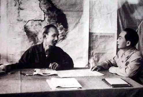 Chủ tịch Hồ Chí Minh và Đại tướng Võ Nguyên Giáp bàn kế hoạch tác chiến chiến dịch Điện Biên Phủ (1954). Trước khi đại tướng lên đường, Chủ tịch hỏi: