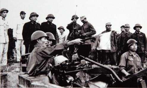 Đại tướng Võ Nguyên Giáp và trung tướng Song Hào, Chủ nhiệm Tổng cục Chính trị Quân đội Nhân dân Việt Nam quan sát Đại đội 6, Trung đoàn 233, Đoàn Cao xạ Đống Đa huấn luyện (Tết Mậu Thân 1968).