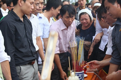Bà Hà tột cùng đau đớn : 'Đừng bỏ đi bố ơi, ở lại với mẹ con em'