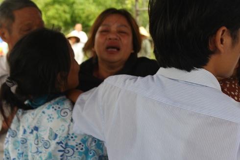 Bà Hà, vợông Dũng khóc ngất khi vừa thấy xe chở quan tài