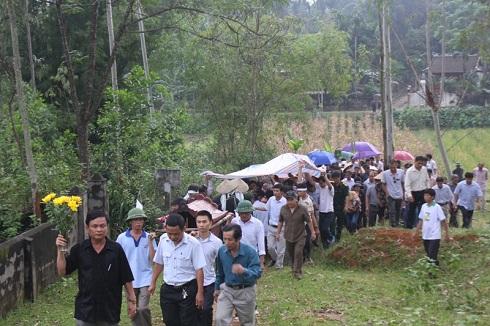 Sau khi làm các thủ tục mai táng theo phong tục địa phương, đến 17h hàng trăm người bắt đầu tiễn đưa linh cữu ông Dũng ra nghĩa trang