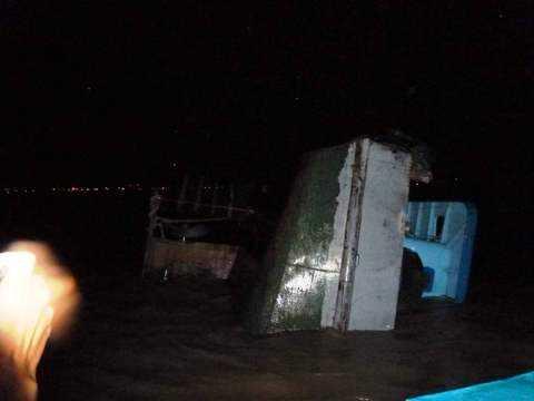 Cận cảnh chiếc sà lan bị chìm trên khu vực sông Nhà Bè được cứu hộ vào bờ