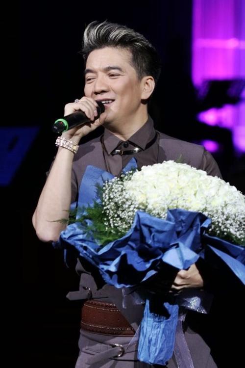 Chiếc đồng hồ nhiều lần được nam ca sĩ sử dụng khi biểu diễn trên sân khấu hay khi chụp ảnh.