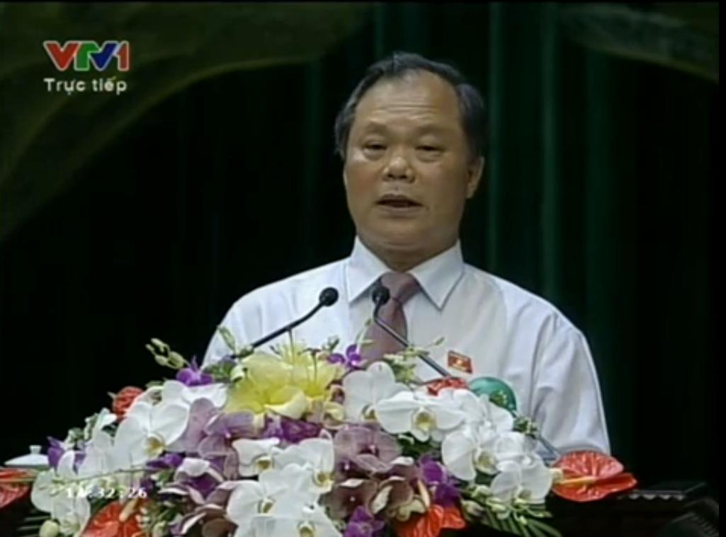 Ông Phan Trung Lý trình bày bản giải trình, tiếp thu Dự thảo sửa đổi Hiến pháp năm 1992 trong phiên họp chiều nay. Ảnh cắt từ clip của VTV