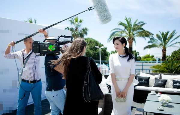 Lý Nhã Kỳ đến Cannes với phong thái của một đại gia khi được mời tham dự những bữa tiệc sang trong nhất.