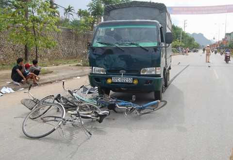 Hiện trường vụ tai nạn xe tải đâm vào nhóm học sinh