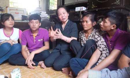 Phó Chủ tịch nước Nguyễn Thị Doan thăm hỏi, động viên gia đình thủ khoa Trường ĐH Y Hà Nội 2013 Nguyễn Hữu Tiến sáng 22/8.