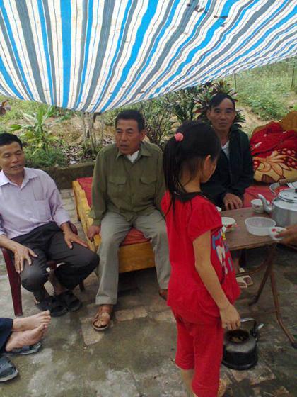 Quá hoảng sợ, gia đình ông Thanh đành phải khiêng những chiếc giường ra sân (Ảnh: Dân trí)