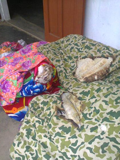 Những chiếc chăn trên giường ông Thanh đã bị bốc cháy mà không hiểu nguyên nhân. Sau khi bốc cháy ông Thanh phải dọn ra để ngoài thềm nhà tránh chiếc chăn bị cháy bốc lên cháy nhà.