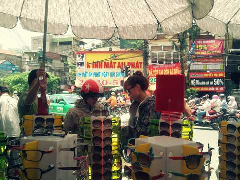 Đồng loạt bán kính giá siêu rẻ từ 20.000 đồng ở ngã tư Đại La - Vọng
