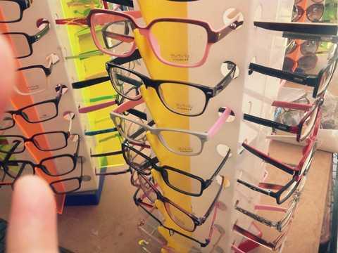 Những chiếc kính giá 20.000 đồng