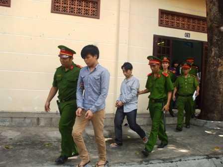 Hai bị cáo bị dẫn giải sau phiên tòa