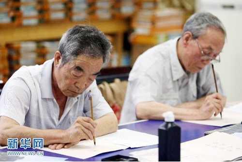 Trường ĐH Thiểm Tây, thành phố Tây An, phía bắc Trung Quốc đang hoàn   thành giấy báo đỗ ĐH cho hơn 400 sinh viên.Lạ lùng là giấy báo nhâp học   này được viết tay và chữ thư pháp.
