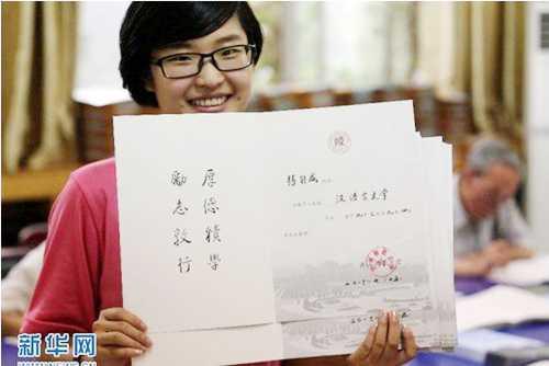 Năm nay rất nhiều sinh viên sẽ cảm thấy tự hào vì được cầm trên tay tờ giấy báo nhập học độc, lạ, hiếm thấy này.