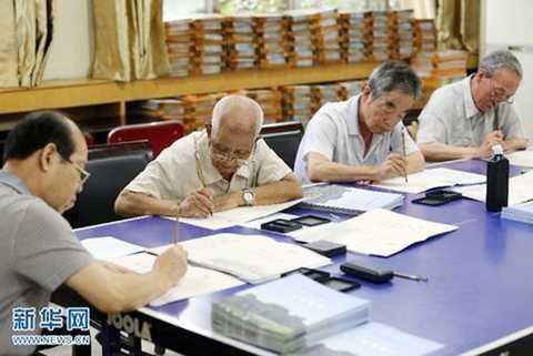 20 giáo viên đã nghỉ hưu của trường tận tụy làm công việc này không kể   ngày đêm từ nhiều tuần nay. Trong số họ, lớn tuổi nhất đã ngoài 80, trẻ   nhấtbước sang tuổi 59. Ngày ngày, họ dành phần lớn thời gian để viết   giấy báo nhập học bằng thư pháp cho tân sinh viên. Đến nay, hơn một nửa   giấy nhập học cho sinh viên đã hoàn tất
