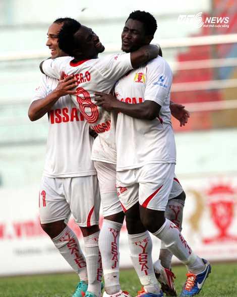 Moussa (bên phải) ghi liền 4 bàn thắng vào lưới SHB Đà Nẵng (Ảnh: VSI)