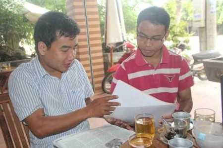Sau 5 năm du học, trở về quê nhà, anh Lê Văn Hậu (phải) vẫn đang thất nghiệp.