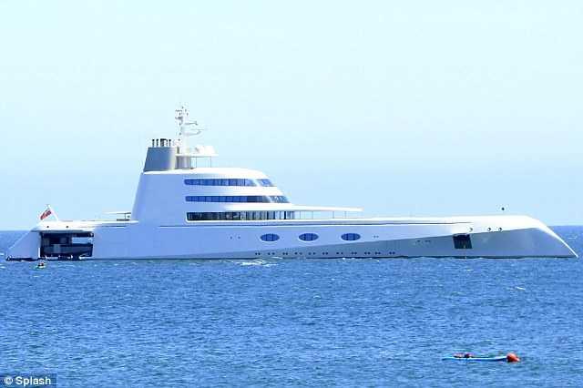Chiếc du thuyền nhìn từ xa