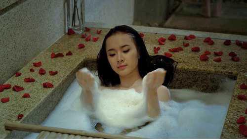 Chỉ riêng việc ra tay tắm nude để cứu phim Biết chết liền cũngđủ để người ta không dám khinh Angela Phương Trinh.