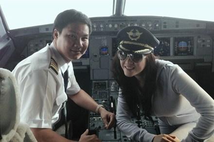 Lý Nhã Kỳ gây sóng gió cho ngành hàng không khi giúp cơ trưởng, cơ phó và tiếp viên trưởng chuyến bay VN 595 thỏa mãn nguyện vọng được chụp ảnh với cô.