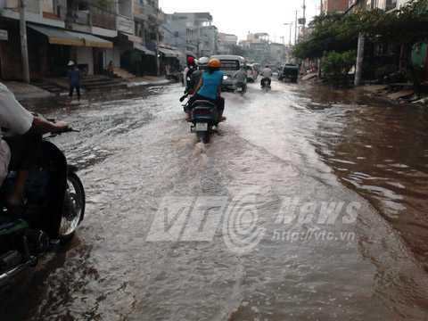 Tuyến đường Tân Hóa (Q.11) vừa được nâng cấp, làm mới nhưng sớm xuống cấp, hư hỏng, ngập nước thường xuyên. Ảnh: Phan Cường