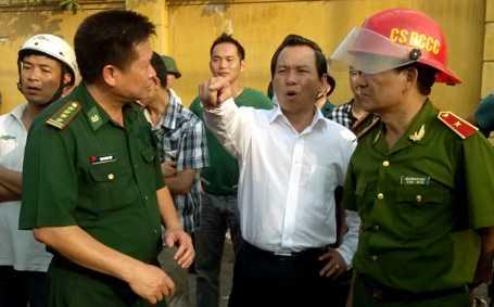 Thiếu tướng Nguyễn Đức Nghi, Giám đốc Sở Cảnh sát PCCC TP Hà Nội (người đội mũ) xuống trực tiếp hiện trường vụ cháy. (Ảnh Dân trí)