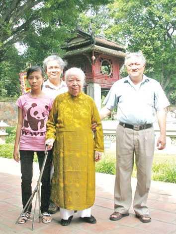 Cụ bà Trịnh Văn Bô tại Văn Miếu Quốc Tử Giám.