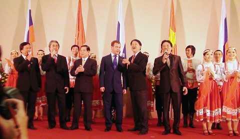 """Ngọc Khang: """"Tôi đã hai lần hát cho ông Medvedev. Lần đầu tiên tôi hát phục vụ ông Medvedev khi ông ấy sang thăm Việt Nam với tư cách Tổng thống LB Nga cuối năm 2010 và lần này với tư cách Thủ tướng LB Nga."""