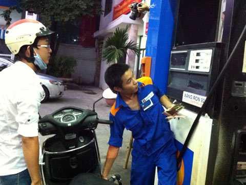 Cuối cùng giá xăng cũng giảm nhẹ với mức 300 đồng/lít.