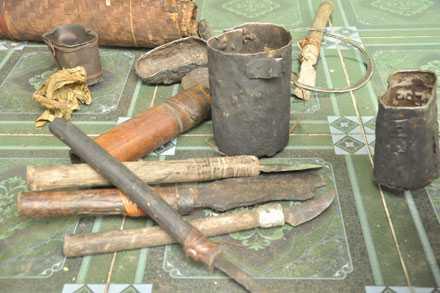 Những vật dụng tự chế tác của cha con người rừng giống như thời kỳ đồ đá.