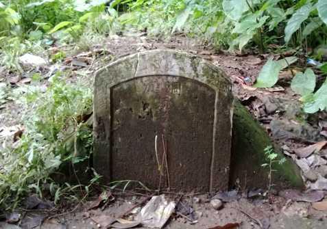 Ngôi mộ bị bùn đất vấy bẩn