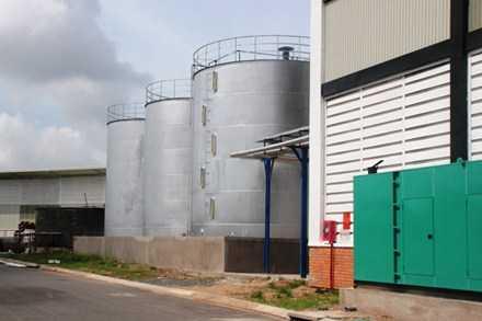 Các bồn chứa tinh luyện mỡ cá, nơi xảy ra vụ tai nạn. (Trần Lưu)