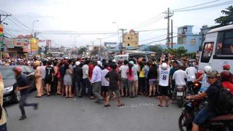 Hàng trăm người dân hiếu kỳ đã kéo đến chật kín hiện trường.