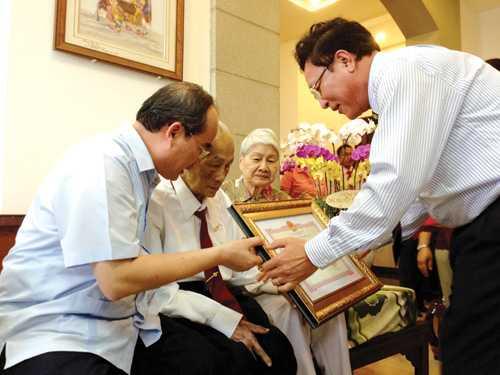 Giáo sư - Tiến sĩ Nguyễn Thiện Thành (cravat đỏ) trong ngày thượng thọ 95 tuổi - Ảnh: Đào Ngọc Thạch