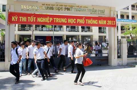 Những thí sinh đầu tiên rời điểm thi trường THPT Trần Phú sau khi kết thúc môn Ngữ Văn
