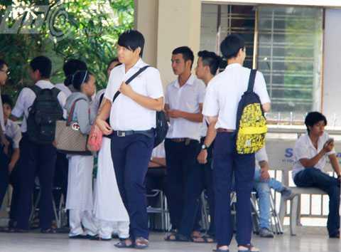 Mặc dù vẫn còn 15 phút làm bài nhưng đã có rất đông thí sinh rời phòng thi ra ngoài