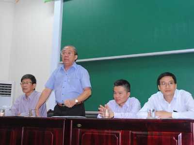 GS Ngô Bảo Châu (giữa) tại buổi thảo luận.