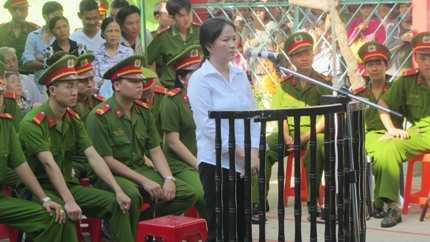 Bà Dư Kim Liên trước vành móng ngựa tại phiên tòa lưu động sáng ngày 29/3.