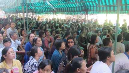 Hàng trăm người dân địa phương đã đến tham dự phiên tòa xét xử lưu động từ sáng sớm 29/3.