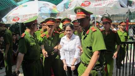 Vẻ bình thản của bà Dư Kim Liên sau khi nhận án tử hình.
