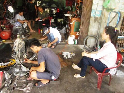 Người dân mang phương tiện đến cửa hàng anh Thông để sữa chữa sau khi đổ xăng tại cửa hàng xăng dầu Kim Bài