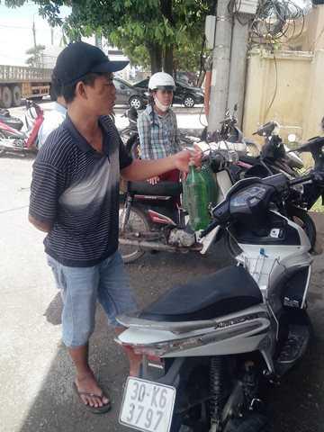 Người dân rút số xăng đã đổ mang đến yêu cầu cửa hàng xăng dầu làm rõ