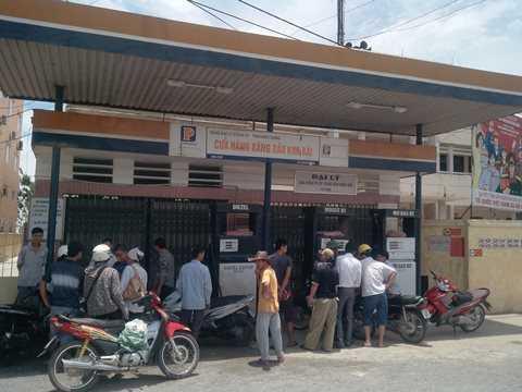 Đến sáng nay (8/7), người dân vẫn tập trung rất đông trước cửa hàng xăng dầu Kim Bài