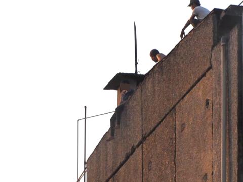 Cô gái ngồi ở mé ngoài sân thượng và có ý định tự tử