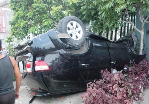 Chiếc xe gây tai nạn lật ngửa ra vỉa hè