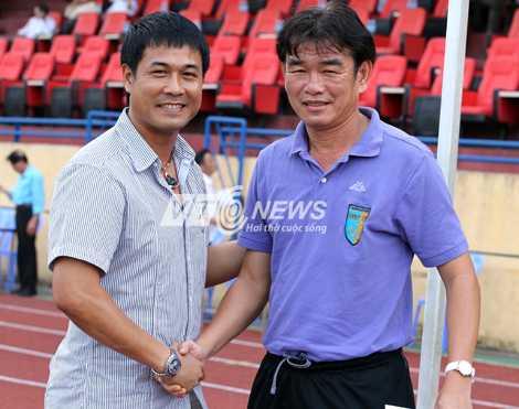 HLV Phan Thanh Hùng và HLV Hữu Thắng (Ảnh: Quang Minh)
