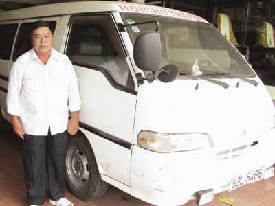 Ông Ba Nhiều (gần 60 tuổi) bên xe cứu thương của mình. ảnh: PV