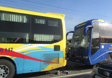 Hiện trường chiếc xe giường nằm húc đuôi xe khách khiến cả trăm hành khách trên 2 xe một phen hoảng loạn (Ảnh: Phạm Nguyễn)